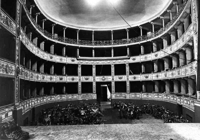 Teatro Rossi divenuto deposito comunale di oggetti smarriti e di biciclette